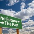 o futuro, o passado verde estrada sinal sobre nuvens — Foto Stock