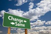 Změnit, stejné zelené dopravní značka nad mraky — Stock fotografie