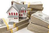Piles de centaines de dollars avec petite maison — Photo