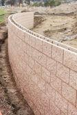 Neue outdoor stützmauer gebaut — Stockfoto