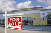 пустующее здание розничной торговли с продажи недвижимости знак — Стоковое фото