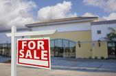 Vacante venta edificio con señal de venta inmobiliaria — Foto de Stock