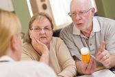 Medico o l'infermiere spiegando medicina di prescrizione per senior c — Foto Stock