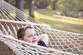 Giovane ragazzo godendo un giorno nella sua amaca — Foto Stock