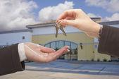 Agente de entrega de las llaves frente a oficina de negocios — Foto de Stock