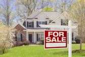 дом для продажи недвижимости знак и дом — Стоковое фото