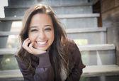Retrato de mujer adulta joven mestiza en escalera — Foto de Stock