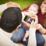 Gelukkig gemengd ras ouders en baby boy zelfportretten nemen — Stockfoto