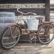 Old Rusty Antique Bicycle and Wine Barre — 图库照片