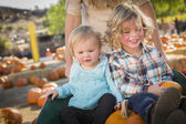 Young Family Enjoys a Day at the Pumpkin Patch — Stock Photo