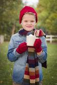 Sıcak kakao kupa dışında tutarak sıcak giysiler içindeki genç çocuk — Stok fotoğraf