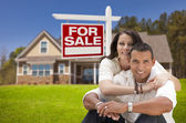 Hispanic Couple, New Home and For Sale Real Estate Sign — Stock Photo