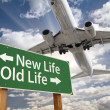 New Life, Old Life Green Road Sign and Airplane Above — Zdjęcie stockowe