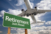 Retirement Green Road Sign and Airplane Above — Foto Stock