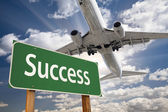 Success Green Road Sign and Airplane Above — Stock Photo