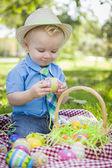 Sevimli küçük çocuk dışarıda paskalya yumurtalarını park zevk — Stok fotoğraf