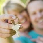 Happy Couple Holding Blank House Key Outside — Stock Photo #43858935
