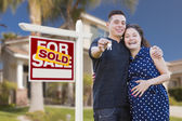 Hispanic Couple, Keys, New Home and Sold Real Estate Sign — Stockfoto