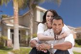 Gelukkige hispanic jonge paar voor hun nieuwe huis — Stockfoto
