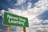 Never Stop Learning Green Road Sign — Foto Stock