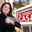 Female Hispanic Real Estate Agent, Se Vende Casa Sign and House — Stock Photo #5164124