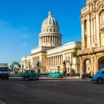 ретро автомобили возле Капитолий в Гаване — Стоковое фото