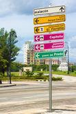 Wegweiser mit hinweisen zu sehenswürdigkeiten in havanna — Stockfoto
