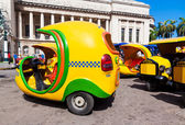 Táxis pequenos, conhecidos como cocotaxis em havana — Foto Stock