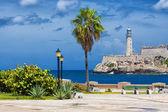 Havana ve yakındaki bir park el morro kalesi — Stok fotoğraf