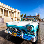Classic Ford near the Capitol building in Cuba — Stock Photo