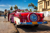 Classic Ford waiting for tourists in Havana — Stock Photo