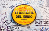 Sign with graffitti at La Bodeguita del Medio in Havana — Stock Photo