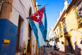 Calle de la habana vieja con una bandera cubana — Foto de Stock