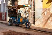 Cykeltur i en shabby Havanna kvarter — Stockfoto