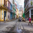 Urban scene in street leading to the Capitol in Havana — Stock Photo #12822080