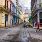 Urban scene in street leading to the Capitol in Havana — Stock Photo