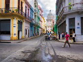 Urban scene in street leading to the Capitol in Havana — Stock Photo