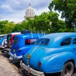 ретро автомобили возле Капитолий Гавана на Кубе — Стоковое фото