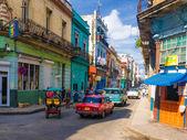 Escena urbana en una conocida calle de la habana — Foto de Stock