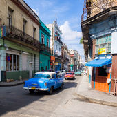 Urban scene in a well known street in Havana — Stock Photo