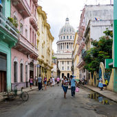 Urban scene depicting life in Old Havana — Stock Photo