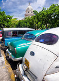 Vintage cars near the Capitol of Havana in Cuba — Stock Photo