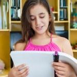 家庭で読書ヒスパニック系の女の子 — ストック写真
