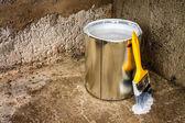Barvy a štětec na hrubý povrch betonu — Stock fotografie