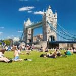 Ondoners and tourists near Tower Bridge — Stock Photo