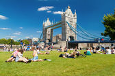 Ondoners and tourists near Tower Bridge — Stock Photo