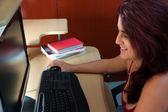 Latin frau an ihrem computer arbeiten, nachts — Stockfoto