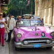 Foto Stock: Vintage american car near El FLoridita in Havana