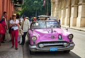Vintage amerikan arabanın yakınında el floridita havana — Stok fotoğraf