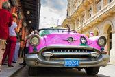 Auto americana d'epoca nei pressi di el floridita all'avana — Foto Stock